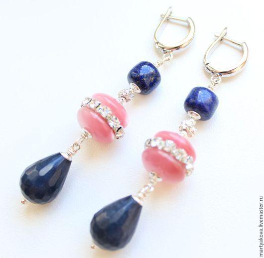 Эффектные длинные серьги из натуральных камней синего цвета с розовым. Синий и розовый – актуальное сочетание цветов, которое использовалось в коллекции 2014 года Оскаром де ла Рента.