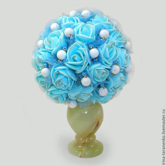 Цветы из кахолонга (молочного опала) `Небесные` в вазочке из оникса