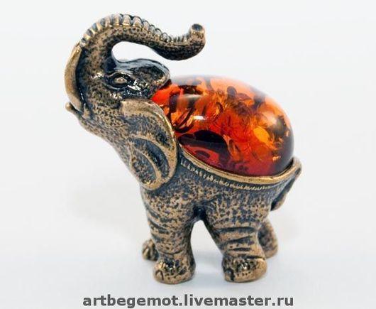 Слон с кабошоном.                                                              Н-30мм, основание 16мм х 25мм.  Бронза,латунь.Вес 15гр. Вставка -янтарь декоративный Предлагаю приятельскую скидку в цене  при покупке более 2х разных  фигурок.
