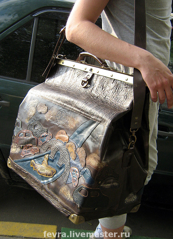 The bag opens the new collection