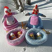 Подарки к праздникам ручной работы. Ярмарка Мастеров - ручная работа Куры. Вязаная игрушка из шерсти Кумушки или прогулка на свежем воздухе. Handmade.