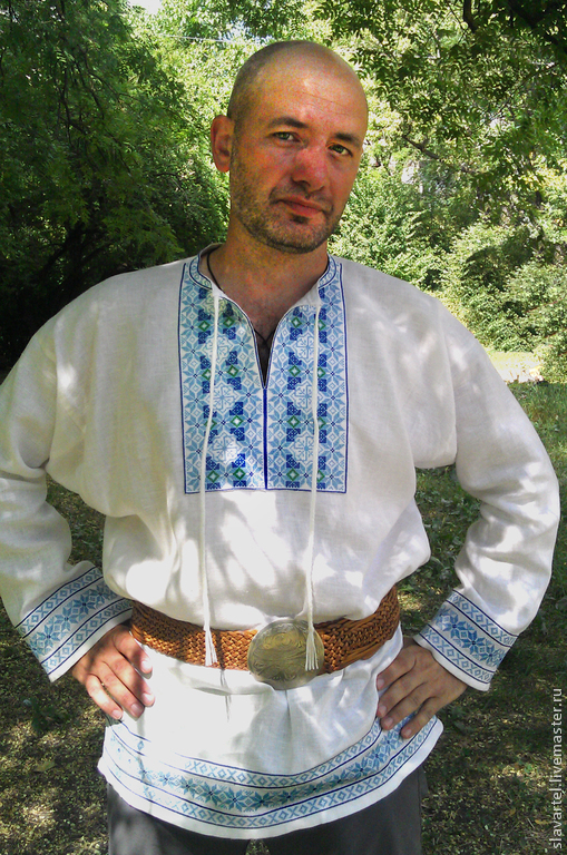 Рубаха русская `Святогор`, вышивка сине-голубо-зеленая. В узор вплетены молвинцы, делая узор подобной рубахи противопорченным и усиливающим силу речи. Нужно просто помнить, что оберег работает тогда,