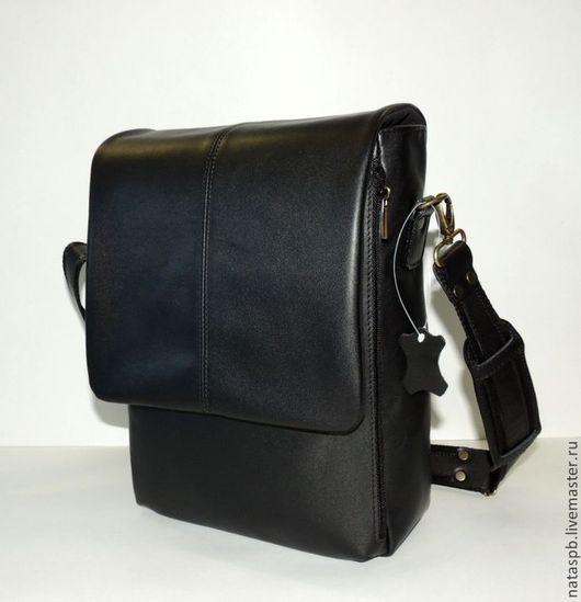 В сумке с таким большим количеством карманов и отделений - все будет «разложено по полочкам». Вес этой сумки 800 грамм, поэтому Вы будете переносить нужные Вам вещи, а  не груз собственной сумки.