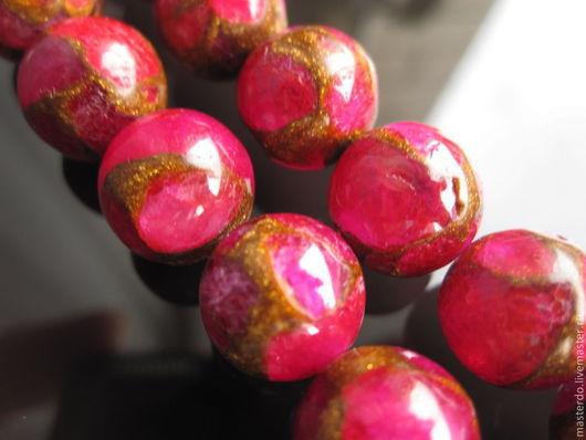 Сквозь глубину красной воды прорастают золотые кристаллы..