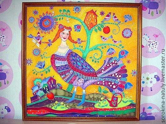 Картина батик Птица счастья написана на ярко жёлтом фоне, что поднимает настроение и заряжает солнечным теплом.