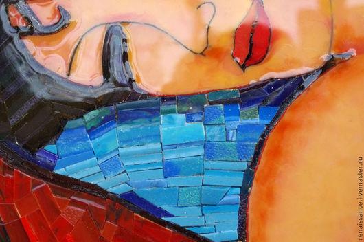 Фрагмент полотна. Здесь видна глянцевая поверхность заливки и укладка мозаики.