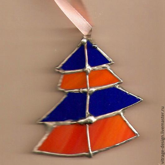 Подвеска новогодней елки выполнена вручную из цветного стекла в технике