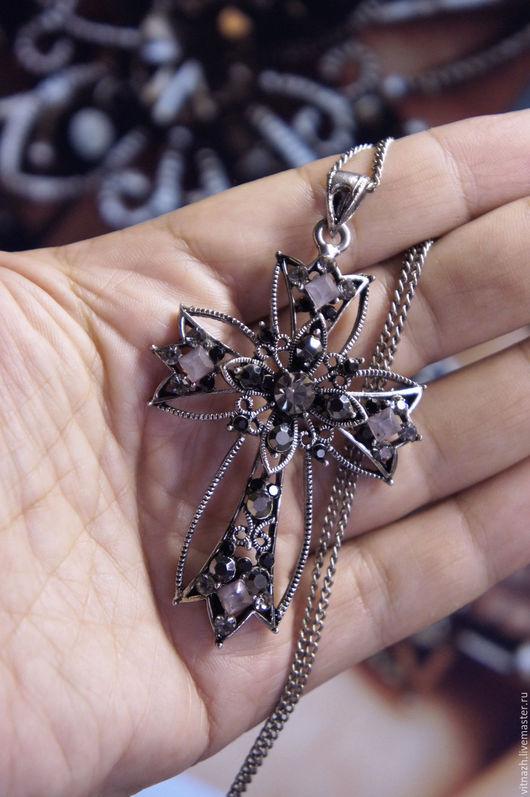 Очень изысканная и величественная  винтажная подвеска на цепочке в виде креста. Скань,  под серебро.  Середина XX века.