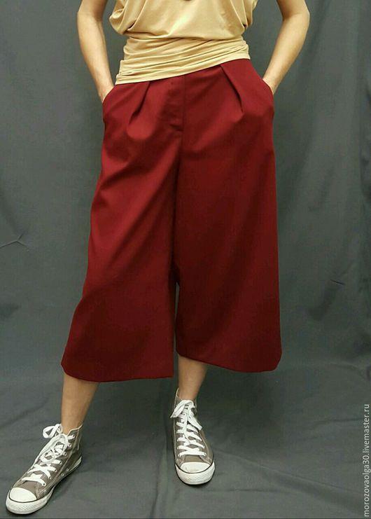 Модные укороченные широкие брюки-кюлоты (юбка-брюки) из костюмной ткани. В верхней части сидят точно по фигуре, а от бедра сильно расширяются. Сошью на заказ по вашим меркам, бордо, песочные. Примерка