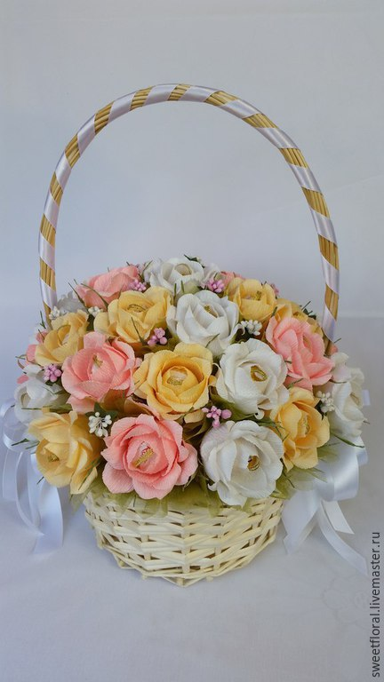"""Букеты ручной работы. Ярмарка Мастеров - ручная работа. Купить Свадебная корзина роз с конфетами """"Нежный вальс"""". Handmade. Разноцветный"""