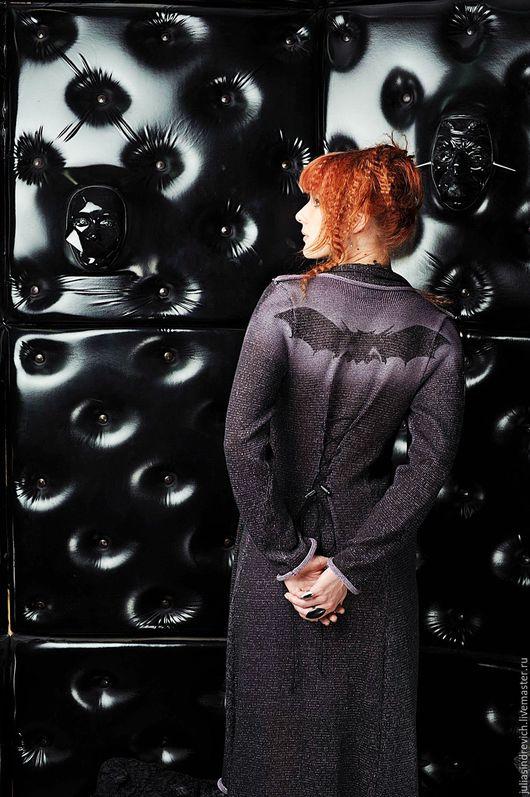 S_030 Пальто длинное приталенное с шарфом, цвет черно-астра. Сзади - шнуровка, можно приталивать на любую талию.  На спине трафаретное изображение летучей мыши - логотипа бренда Julia Sindrevich.