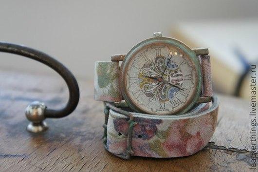 Часы наручные. Женские наручные часы, замша, цветочный принт, патина, винтаж, роспись, узор, нежность.