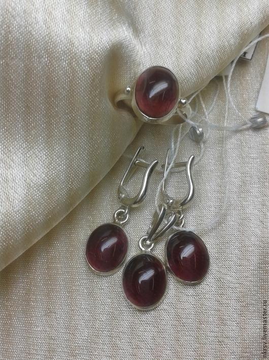 Комплект украшений в серебре с натуральным гранатом.  Прозрачный камень с красивым глубоким бордовым цветом.