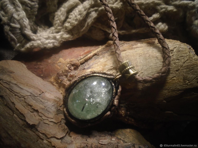 Зеленый кварц (празиолит) в кожаном обрамлении – купить на Ярмарке Мастеров – LRVMMRU | Кулон, Челябинск