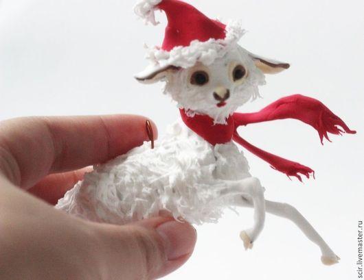 """Новый год 2017 ручной работы. Ярмарка Мастеров - ручная работа. Купить Ёлочная игрушка """"барашек с красным шарфиком"""" (ёлочная игрушка ягнёнок). Handmade."""