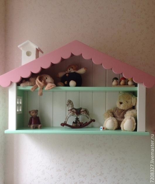 Детская полочка -домик для хранения книг, игрушек и сувениров. Выполнена в кукольном стиле, украшена и декоративным скворечником и резными элементами.Эта полочка обязательно будет радовать Вас и Вашег