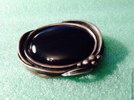 Лицевая сторона броши с растительным декором из черненого серебра и черного агата