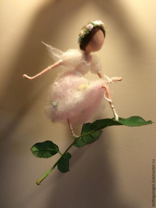 Коллекционные куклы ручной работы. Ярмарка Мастеров - ручная работа. Купить Сухое валяние. Фея-балерина, завязывающая пуанту. Handmade.