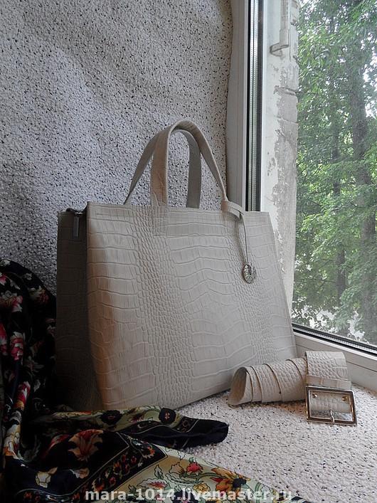 Кожа на сумке светло-бежевая, фото не передает цвет!!!
