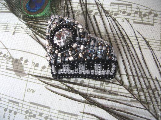 брошь с вышивкой бисером Старый рояль