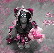 Интерьерная игрушка Розовая девочка-енот в косухе