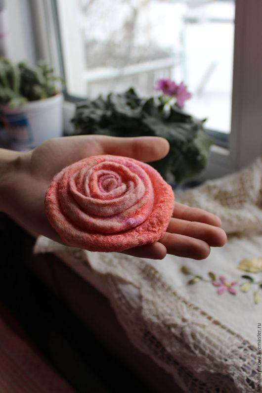 """Броши ручной работы. Ярмарка Мастеров - ручная работа. Купить Валяная брошь """"Роза"""". Handmade. Кремовый, брошь роза, подарок"""