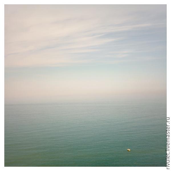 A minimalistic photo of the sea to the interior