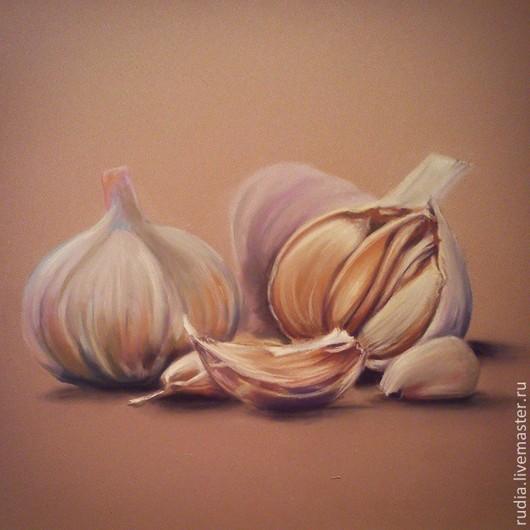 Картина пастелью Чеснок из серии `На кухне` с изображениями продуктов гармонично впишется в любой интерьер и наполнит пространство цветом и светом.