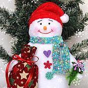 Подарки к праздникам ручной работы. Ярмарка Мастеров - ручная работа Снеговик с подарком. Handmade.