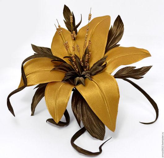 Брошь `Лилия стилизованная` Золотого цвета.