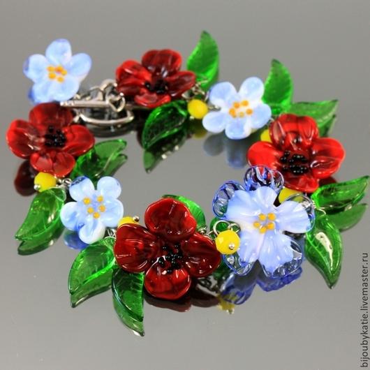 Браслет Цветы из стеклянных бусин ручной работы в технике лэмпворк | lampwork с замком тогл серебристого цвета