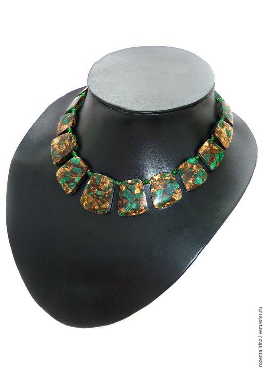 Колье`Хатхор` выполнено из натурального Малахита в Бронзите и и Мусковите(композит)  и тонированного нефрита. Качественная металлофурнитура цвета античной бронзы.