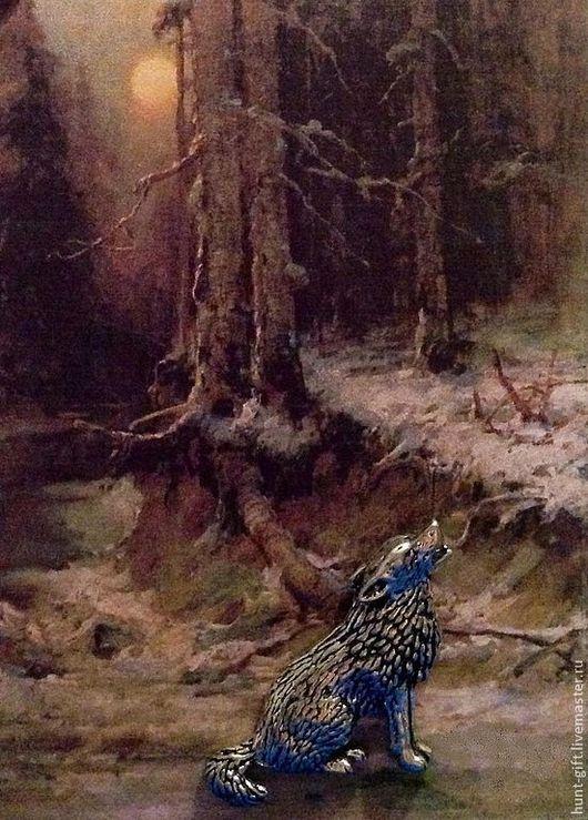 Одинокий волк воет на луну в ночном лесу