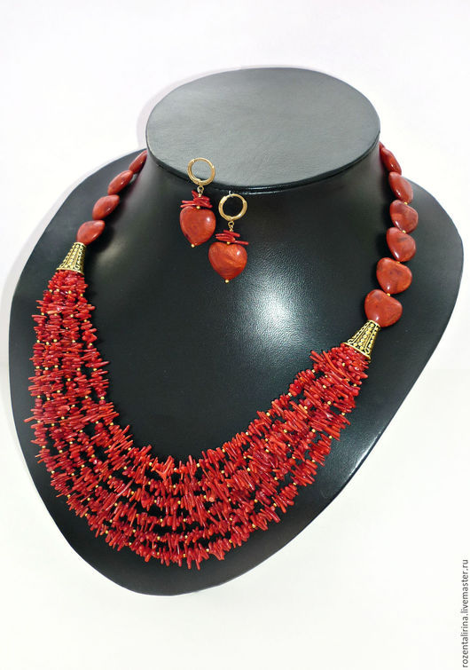 Колье многорядное и и серьги`Дела амурные` выполнено из плоских бусин в виде сердца натурального Коралла и игл натурального Коралла. Металлическая фурнитуры цвета античного золота.
