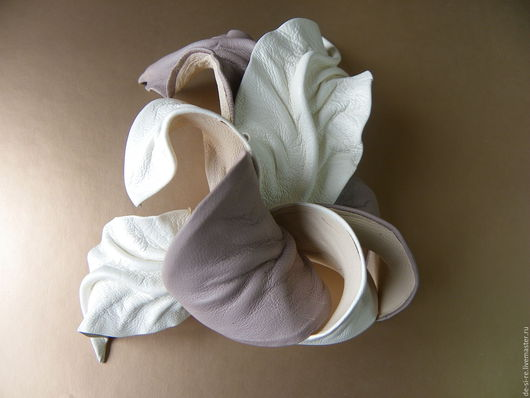 Брошь цветок из кожи Орхидея `Айвори Крим` кремовая. Брошь на сумку, пояс, шляпу, пиджак, платье,сарафан, шаль, платок, палантин накидку, верхнюю одежду. Непромокаемый аксессуар.Пляж. Подарок женщине.