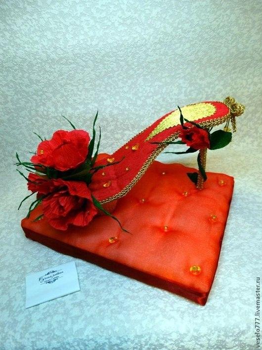 Персональные подарки ручной работы. Ярмарка Мастеров - ручная работа. Купить Туфелька из конфет для дорогих и любимых. Handmade. Ярко-красный