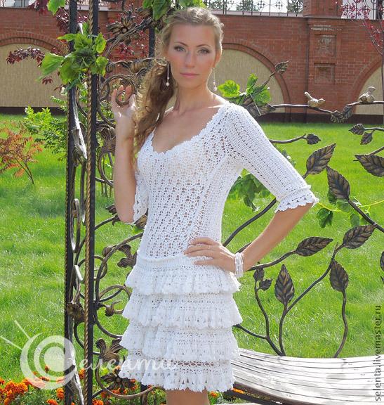 белое платье из шифона на одно плечо
