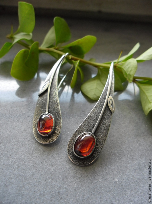 Стильные минималистичные серьги-вишенки из серебра. Авторская ручная работа. Серебряные серьги, ювелирное украшение.