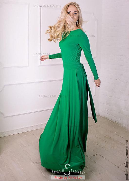Зеленое платье в пол с вырезом на спине