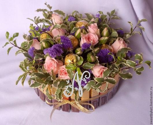 """Букеты ручной работы. Ярмарка Мастеров - ручная работа. Купить Торт из живых цветов и конфет на 8 март """"Нежность""""  , весенний подарок. Handmade."""