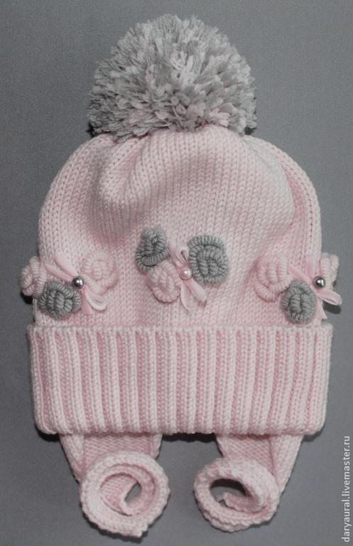 Нежная, мягкая, изящная шапочка на осень из тёплой шерсти мериноса экстрафайн. На шапочке вышиты милые розочки в стиле рококо.Шапочка нежно-розового цвета.