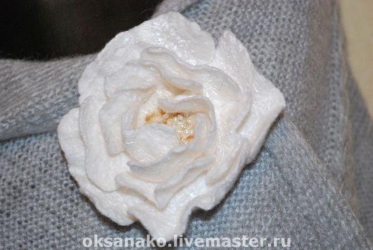 Цветок с декором из мелких жемчужинок.