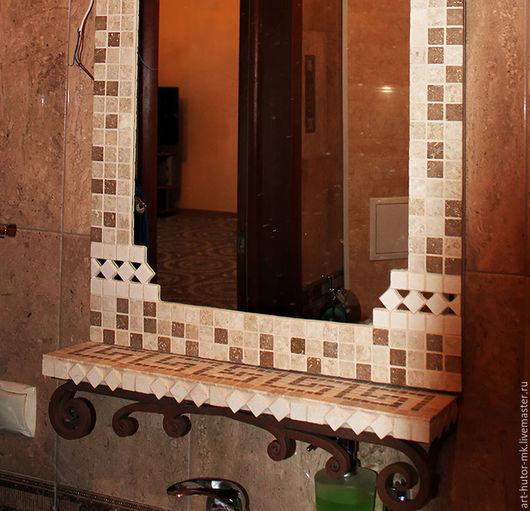 Зеркало дополнено кованой полочкой с мозаичным рисунком. Мозаика полочки так же из натурального камня, а рисунок - классический античный узор.