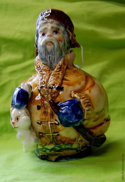 Дед Мазай плывёт в лодке. В одной руке держит весло,в другой спасённого зайчишку.