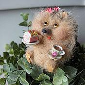 Приколы ручной работы. Ярмарка Мастеров - ручная работа Ёжик с пирожным и чашечкой чая (кофе). Handmade.