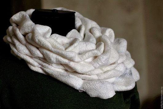 """Шали, палантины ручной работы. Ярмарка Мастеров - ручная работа. Купить Валяный снуд """"Пена морская"""". Handmade. Белый"""