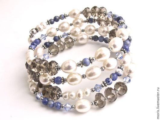 Браслет из серебра, натурального белого культивированного жемчуга разной формы и размера, дымчатого кварца, маленьких голубых, джинсового цвета, бусин содалита, голубых кристаллов сваровски.