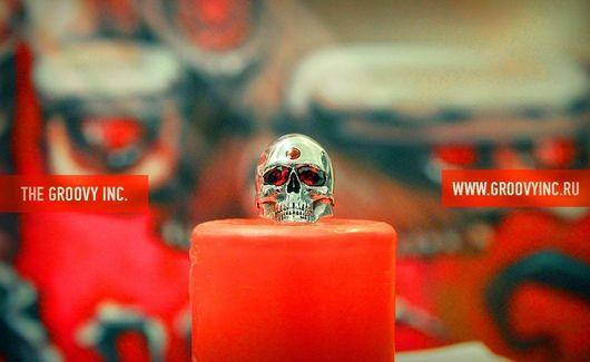 Кольца ручной работы. Ярмарка Мастеров - ручная работа. Купить Кольцо-череп Кита Ричардса с инкрустацией гранатом из серебра. Handmade.