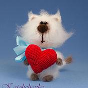 Мягкие игрушки ручной работы. Ярмарка Мастеров - ручная работа Вязаная игрушка котик с сердечком. Handmade.