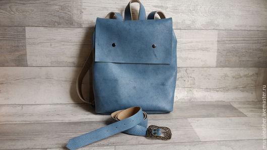 есть ремень из той же кожи, из которой сделан рюкзак, при покупки комплекта - скидка!